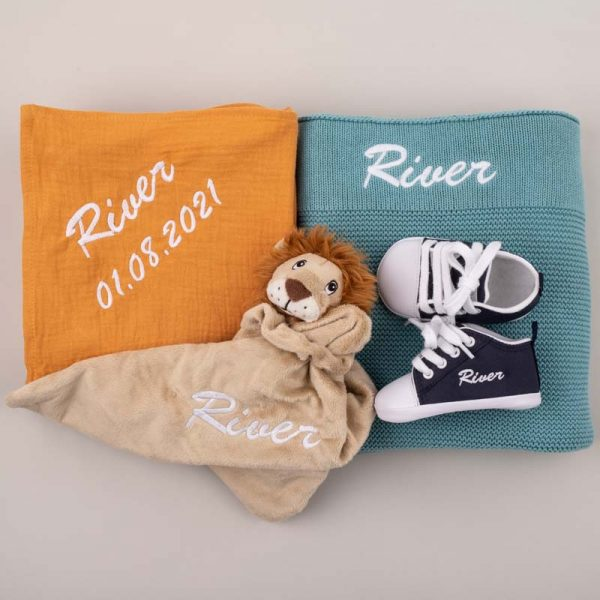 4-piece Ocean Blue Knitted Blanket & Lion Baby Gift box personalised with the name River